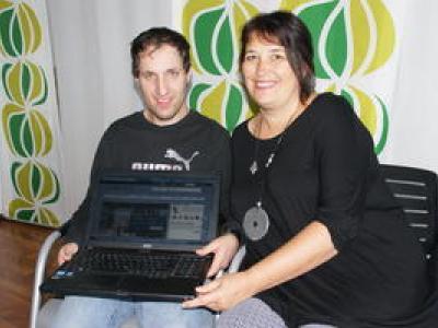 Projektleiterin Monika Daoudi-Rosenhammer testet mit Alexander die Datenbank